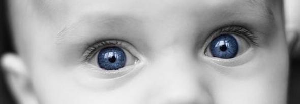 por que los bebes tienen los ojos claros al nacer