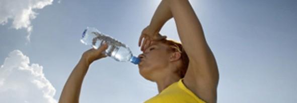 por que hace mas calor en verano mujer bebiendo agua