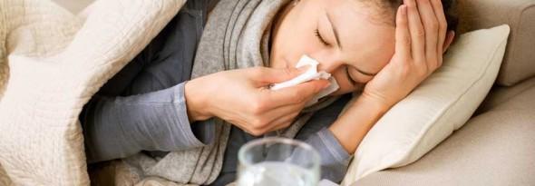 mujer con resfriado por que nos resfriamos
